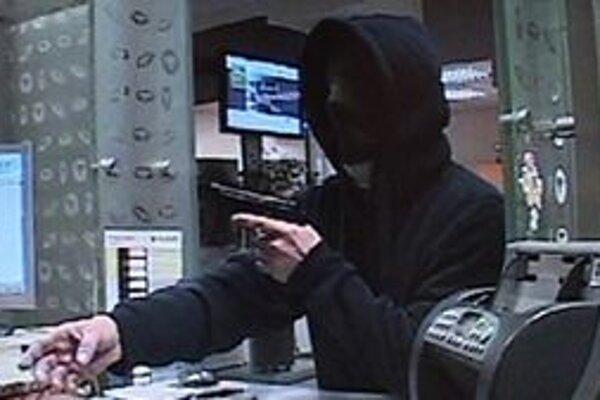 Muž bol maskovaný kapucňou, kuklou aj šálom.