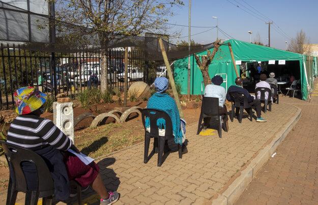 Dôchodcovia v juhoafrickom Johannesburgu čakajú na prvú dávku vakcíny proti ochoreniu Covid-19.