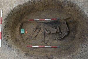 Vykradnutý hrob muža.