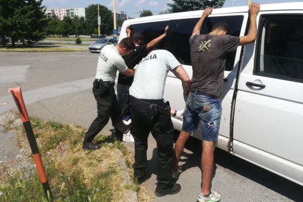 Polícia cudzincov zadržala.
