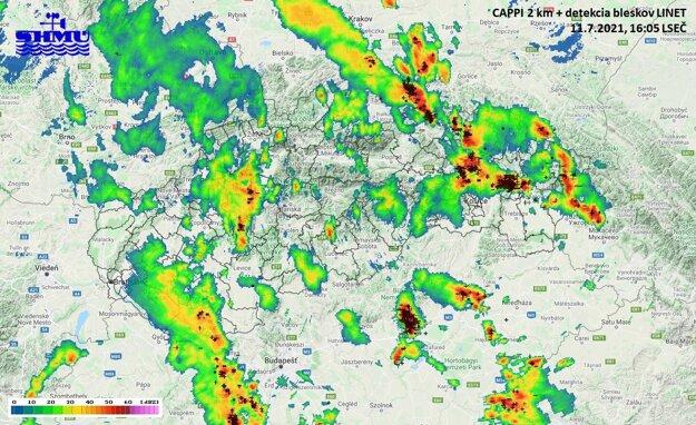 Mapa znázorňuje búrkovú činnosť na Slovensku.