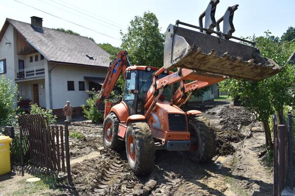 Odstraňovanie škôd po povodni v obci Lenartov (okres Bardejov).