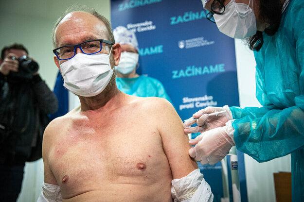 Jedna z najvýraznejších tvárí boja proti pandémii na Slovensku profesor Jarčuška sa stal terčom antivaxerských protestov.