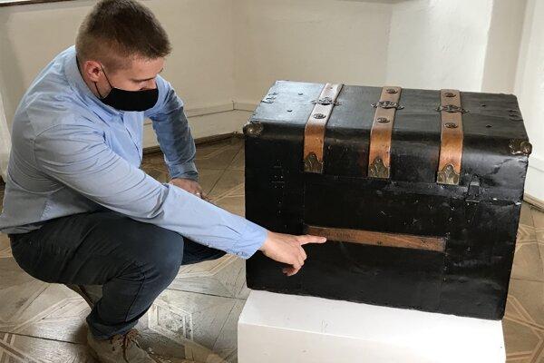 Ondrej Glod prestavuje prototyp lodného kufra, s akým prichádzali domov z Ameriky.