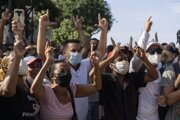 Protivládni demonštranti počas protestu v Havane v nedeľu 11. júla 2021.