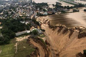 Kráter po zosuve pôdy, ktorý spôsobili záplavy v Erftstadte.