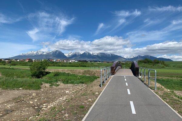 Cyklistika pod Tatrami. Veľká Lomnica nedávno dala postaviť cyklistický chodník, lávku cez rieku Poprad a lávku popod oblúkový most na ceste I. triedy.