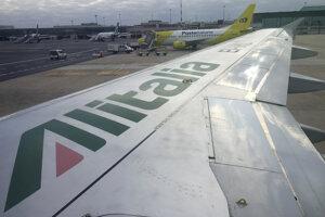 Krídlo lietadla spoločnosti Alitalia.
