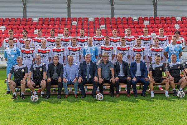 Kompletný káder MFK Tatran Liptovský Mikuláš aj s jeho najvyššími funkcionármi.