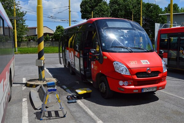 Do vozidiel MHD sú postupne inštalované riadiace jednotky, ktoré umožňujú komunikáciu s radičmi cestnej svetelnej signalizácie.