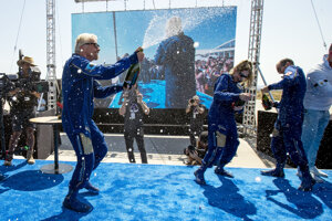 Zakladateľ spoločnosti Virgin Galactic, britský miliardár Richard Branson (vľavo) oslavuje s členmi posádky po úspešnom návrate VSS Unity.