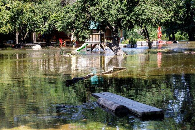 Detské ihrisko a cyklobufet zaplavený riekou Morava pri Cyklomoste slobody v Bratislave.