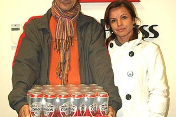 Pre kartón piva Corgoň si prišiel víťaz 12. kola Silvester Lenčéš s manželkou.