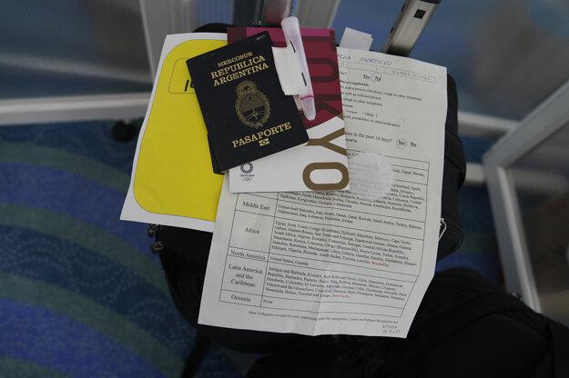 Pas a ostatné dokumenty fotografky americkej agentúry AP Natachy Pisarenkovej sú položené na jej batožine po prílete na letisku v Tokiu.