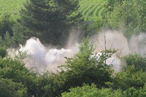 Dym stúpa k oblohe po zneškodnení bomby.
