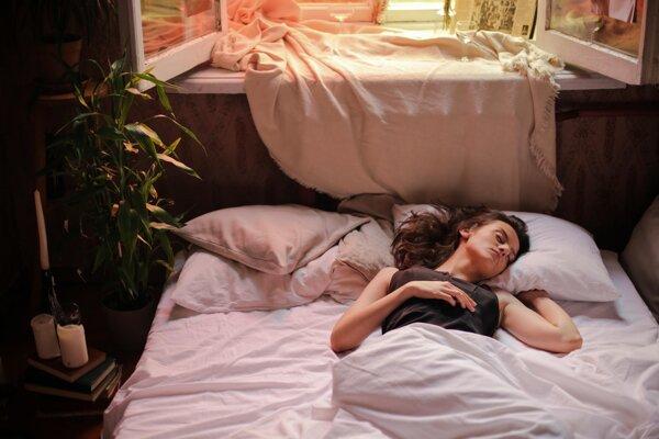 Hoci vám alkohol môže pomôcť zaspať rýchlejšie, vo všeobecnosti platí, že kvalitu vášho spánku zhorší.