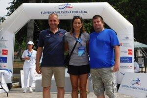 Zľava: prezident Slovenskej plaveckej federácie Ivan Šulek, Martina Moravcová aAndrej Laho.