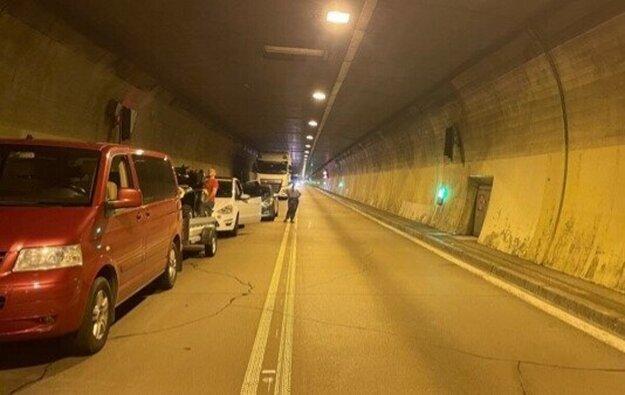 Vodiči ostali stáť po nehode v tuneli. Podľa Jozefa Karabina neboli dostatočne informovaní, čo majú robiť.