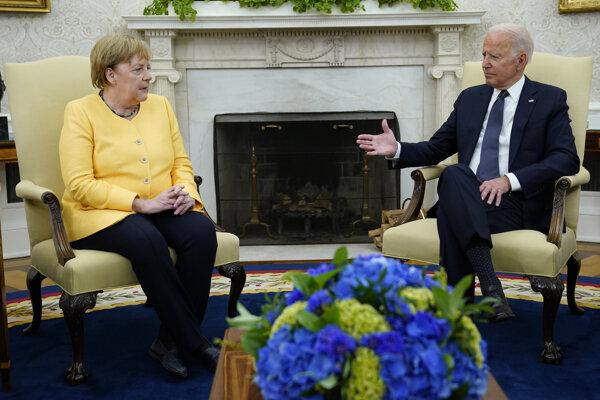 Na archívnej snímke nemecká kancelárka Angela Merkelová a americký prezident Joe Biden.
