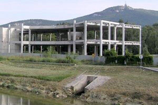 Rozostavaná stavba pri rieke.