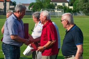 Predseda klubu Vladimír Karásek (vľavo) odovzdáva pamätný list dlhoročnému bývalému hráčovi FK Tempo Partizánske.