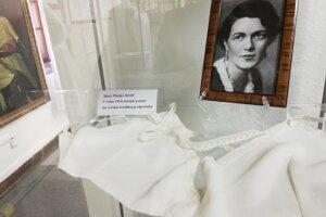 Replika textilnej podprsenky od Mary Phelps Jacob. V roku 1914 dostala ako prvá žena patent na výrobu tejto textilnej podprsenky.