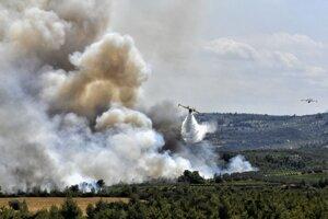 Hasenie lesného požiaru v blízkosti obse Kelasi juhozápadne od Atén.