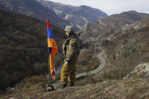 Arménsky vojak pri vrchu Čarektar v Náhornom Karabachu.