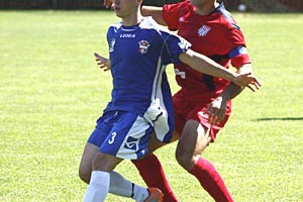 ČFK prehral s rezervou ViOnu 0:3. Nitrania hrali od 24. min. oslabení. Zľava Gabriš a domáci Horňák.