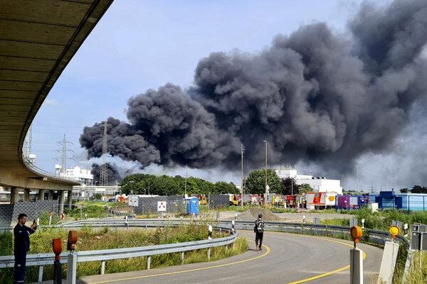 Požiar po explózii v areáli firmy Currenta v Leverkusene.