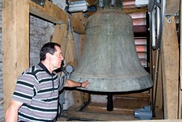 Páter Alojz vo zvonici kostola.