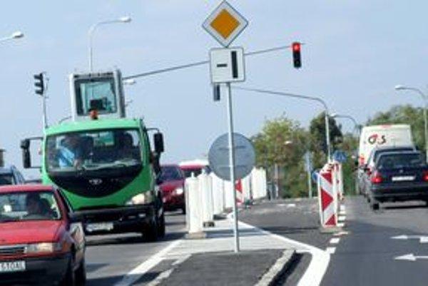 Odbočovací pruh na Novozámockej zatiaľ vodiči nevyužívajú.