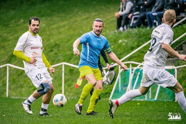 Veteráni Peter Slovák (vľavo) a Igor Franko povedú svoje tímy Hosťovej a Jelenca do dôležitých súbojov.