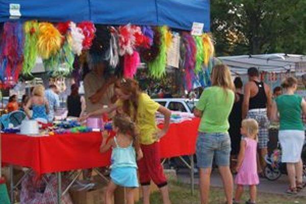 V stánkoch ste si mohli kúpiť všeličo - od jedla, hračiek, oblečenia, cez parochne, šperky až po umelecké výrobky.