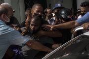 Kubánska polícia zadržiava jedného z protivládnych demonštrantov počas protestov v Havane.