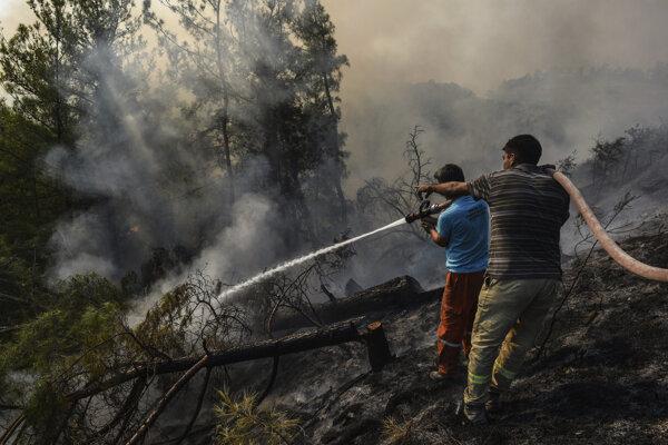 Oheň pomáhajú hasiť aj dobrovoľníci.