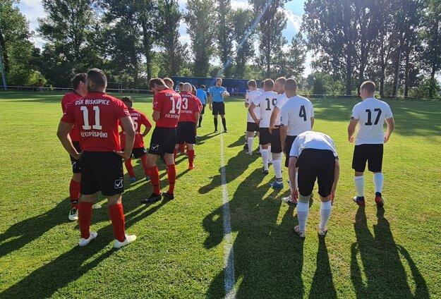 Nástup hráčov pred zápasom medzi Vidinou a Biskupicami