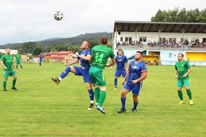 Trstená (v modrom) doma porazila Dlhú po výsledku 2:0.