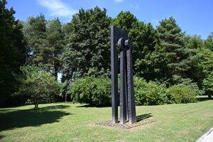 Plastika s názvom Pocta IX. symfónii Ludwiga van Beethovena od slovenského sochára Alexandra Trizuljaka, ktorú opäť preniesli do parku na Kúpeľnom ostrove v Piešťanoch.