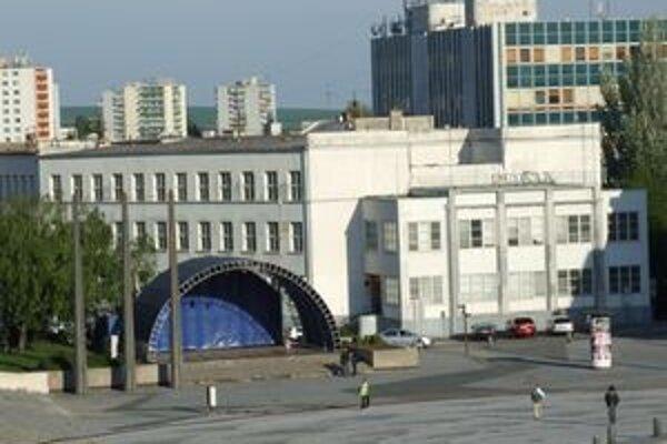 Hlavná pošta sídli v tejto budove na okraji Svätoplukovho námestia.