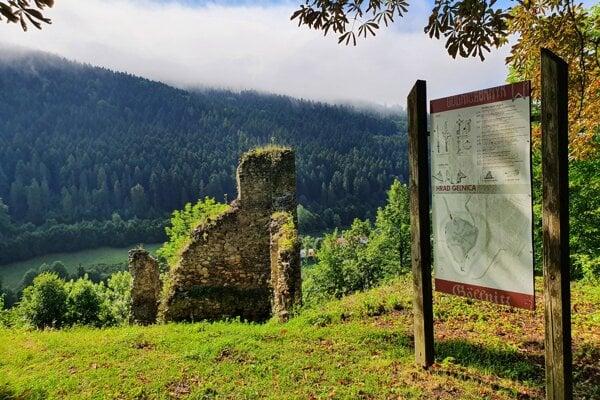 Zvyšky Gelnického hradu z 13. storočia. Miesto známe ako Zámčisko slúži v súčasnosti ako mestský park.