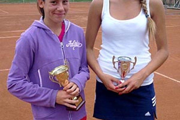 Vo finále dorasteniek Bratislavčanka Krajčovičová (vľavo) porazila Nitrianku Michaelu Candrákovú.