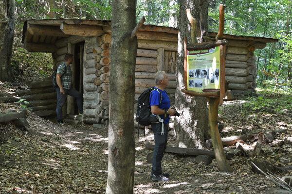 Turisti pri partizánskom bunkri, kde sídlil štáb partizánskeho zväzku Čapajev.