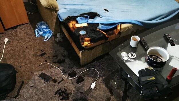 Takto dopadol gauč po požiari v Košiciach.