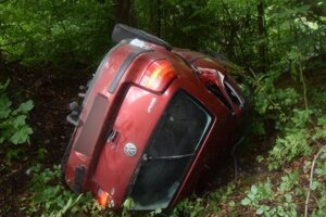 Mladý vodič skončil po neprimeranej jazde s autom v priekope.