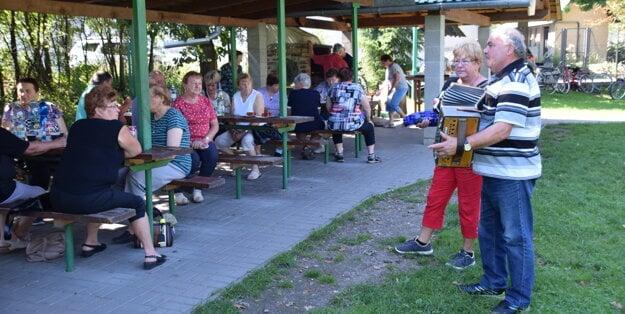 Harmonikár Anton Staš s priateľkou Máriou rozprúdili zábavu.