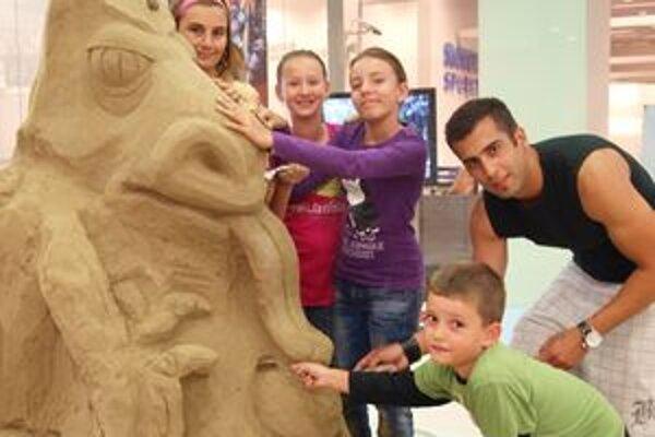 Michal Chrenko a deti Dodko, Natália, Zuzka a Lucia vytvoril sochu draka.
