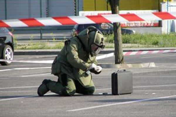V tejto chvíli ešte pyrotechnik nevedel, čo sa ukrýva v kufríku.