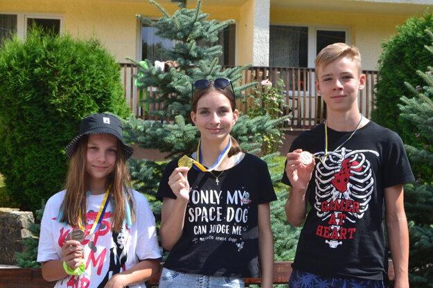Olympijskí víťazi, zľava Miška Kollárová, Sarah Tažejová a Sebastián Christenko.