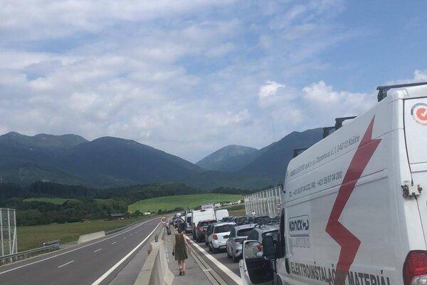 Kolóna siaha až na diaľnicu pri Turanoch.